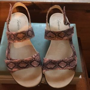 NWOT Trotters Sandals